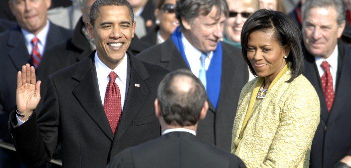 Tổng thống Mỹ đặt tay lên cuốn kinh thánh và tuyên thệ trước một vị linh mục.