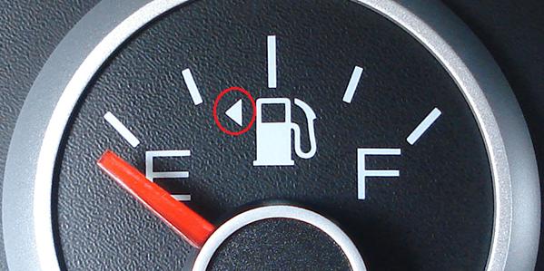 Mẹo vặt cuộc sống: Xem nắp bình xăng bên nào?