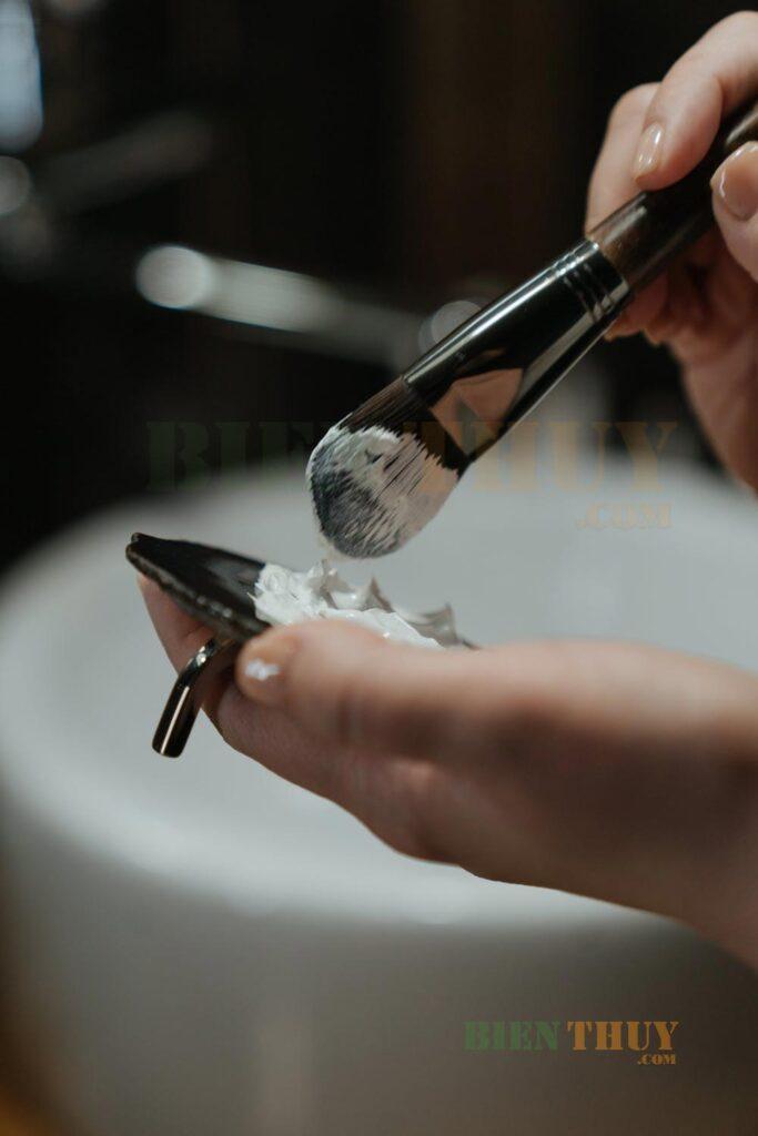 Cây cọ tán kem nền thường có đầu nhọn, dẹt
